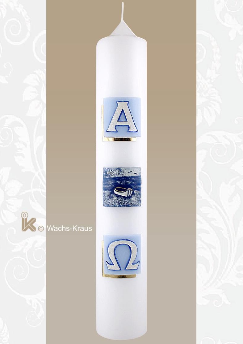 Taufkerze mit drei aus blauem Wachs gegossenen Quadraten. Von oben:  Alpha, Boot, Omega.