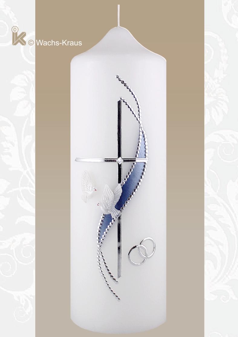 Diese edle Hochzeitskerze in Silber und blau mit ihrem feinen Kreuz, den silbernen Ringen und dem aus Wachs gegossenen Taube-paar bezaubert.