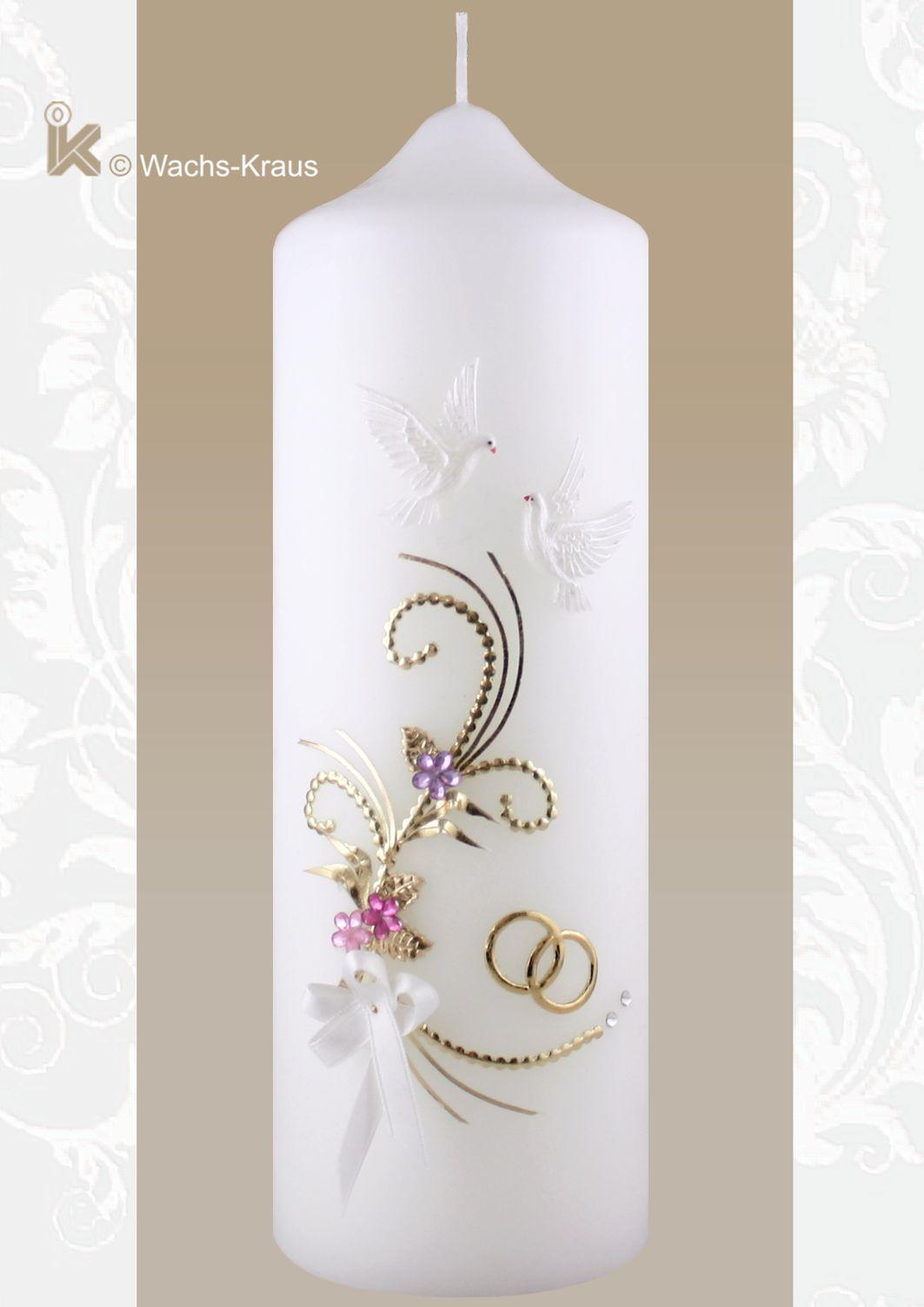 Hochzeitskerze Vintage Style. Oben ein paar Tauben, darunter eine reich verzierte Ranke mit drei Blüten, Strasssteinen und goldenen Ringen.
