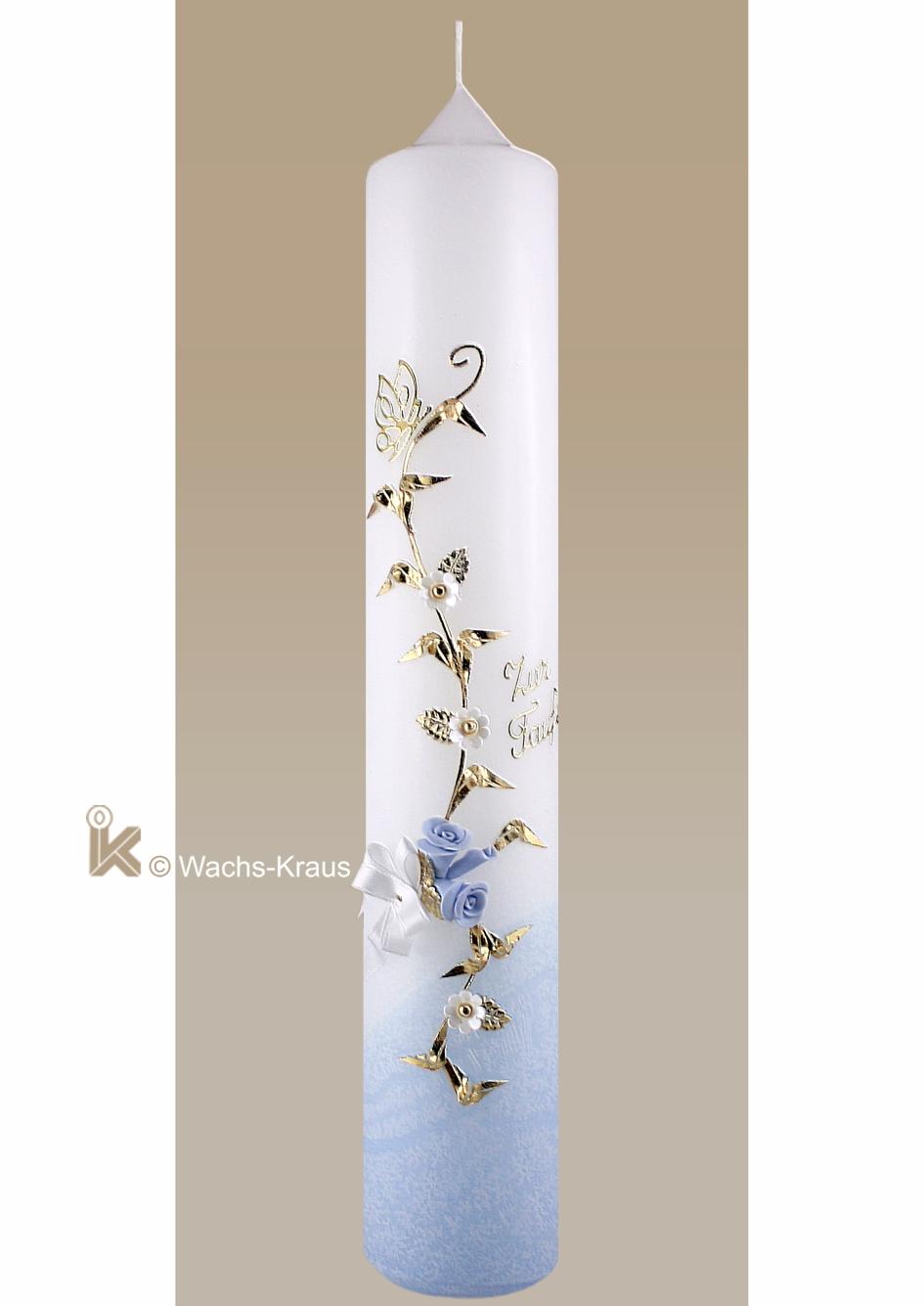 Aufwendig verzierte Taufkerze für Jungen. Unten zartblau getaucht, rankt sich eine goldene Blume mit weißen und blauen Blüten empor.