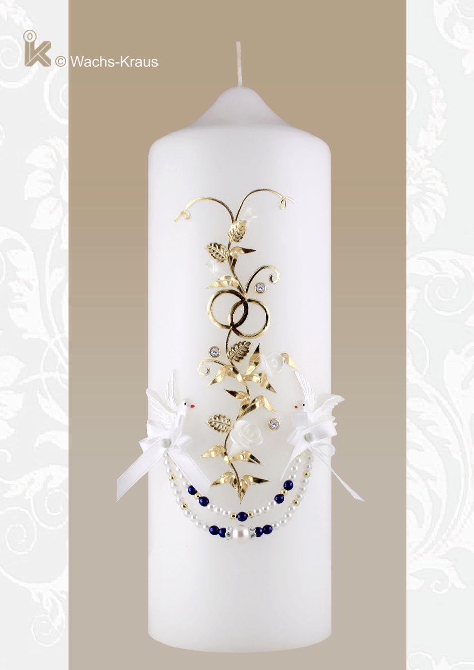 Detailreich verzierte Hochzeitskerze mit der zarten Blumenranke, weißen, Blüten, den kleinen Blättern mit i feinen Blattadern den goldfarbenen Ringen