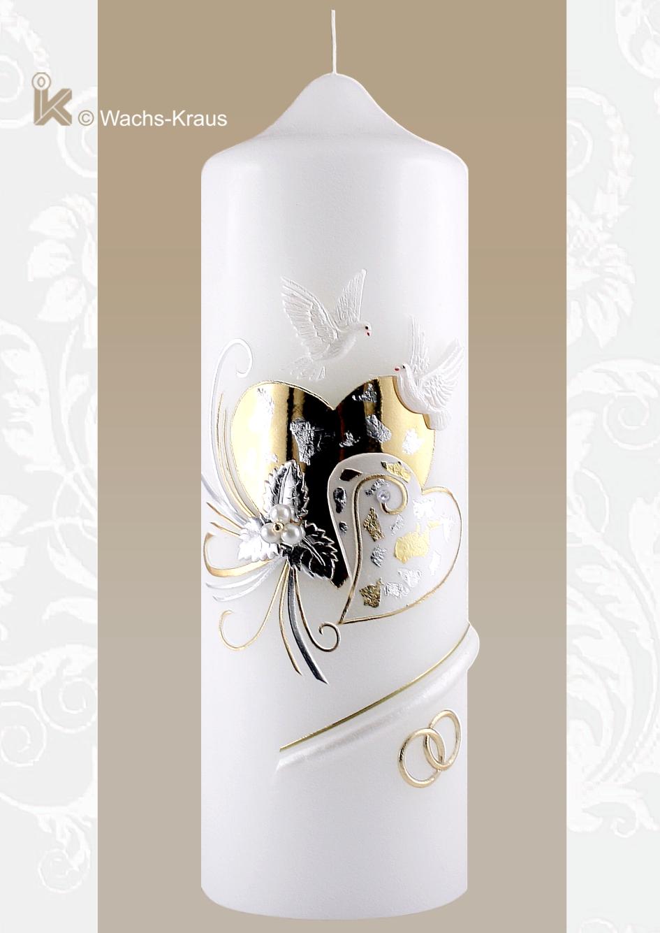 Eine zauberhafte Hochzeitskerze mit zwei Herzen in Silber und Gold. Bis ins kleinste Detail liebevoll gestaltet mit Tauben, Blümchen und Elementen aus Wachs.