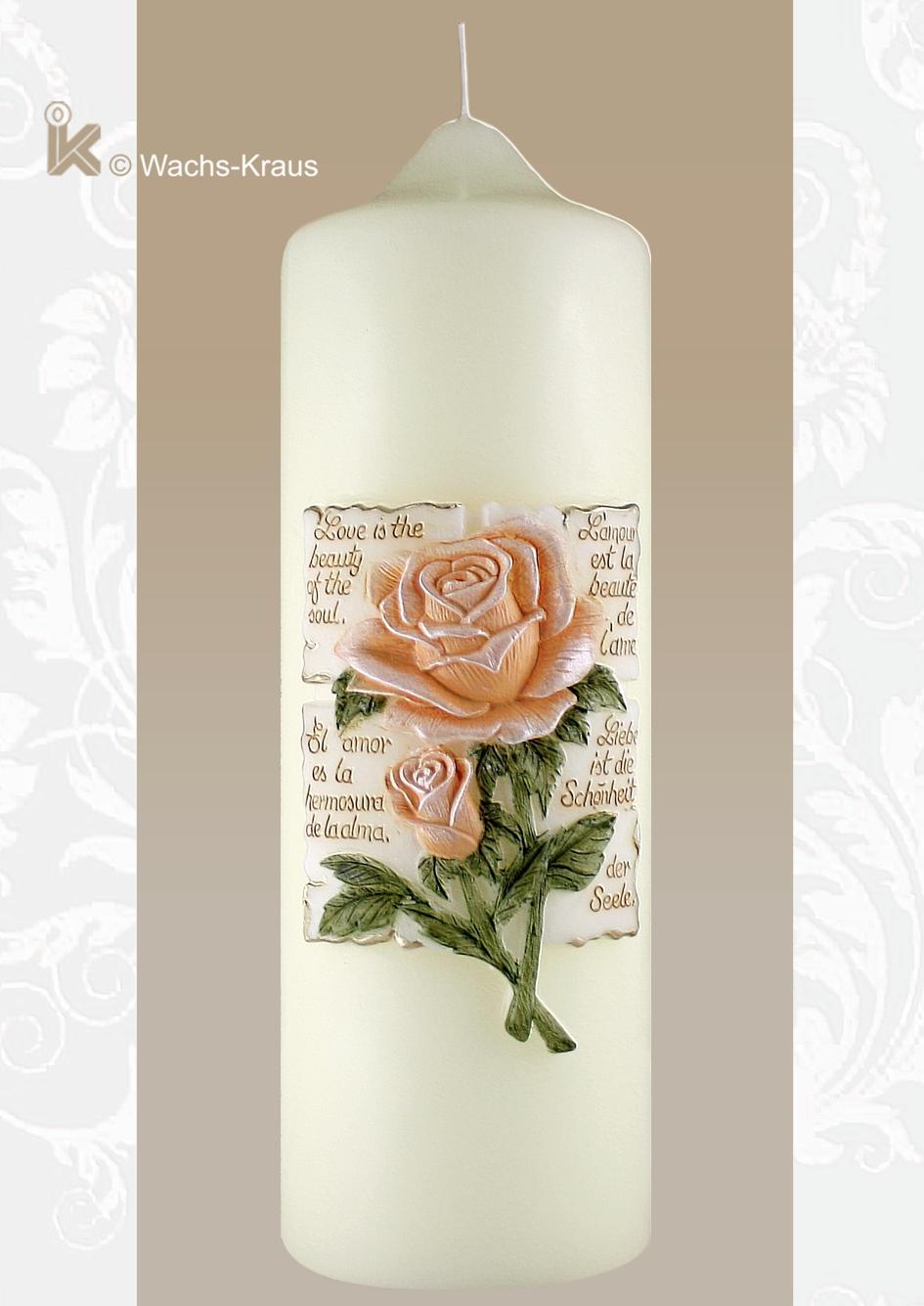 Hochzeitskerze mit einem, aus Wachs gegossenen Relief. Darauf eine plastisch modellierte Rose in apricot mit grünem Laub.