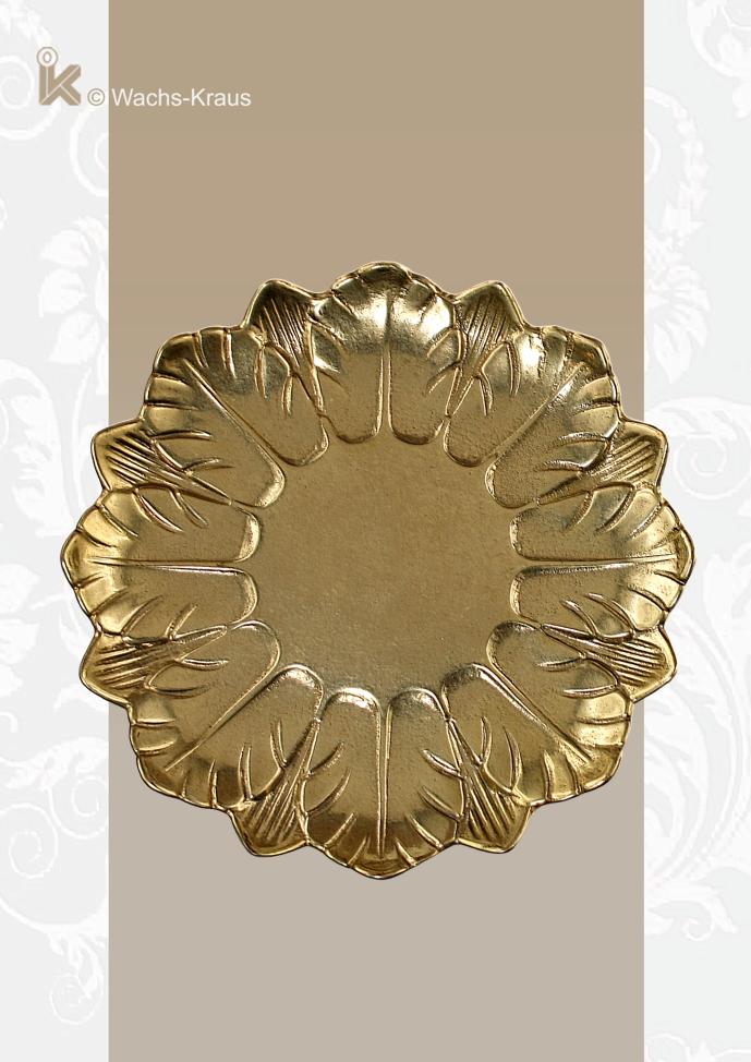 Dieser schöne, golden glänzende Messingteller mit seiner umlaufenden Blatt-Verzierung ist für Kerzen bis zu einem Durchmesser von 80 mm geeignet.