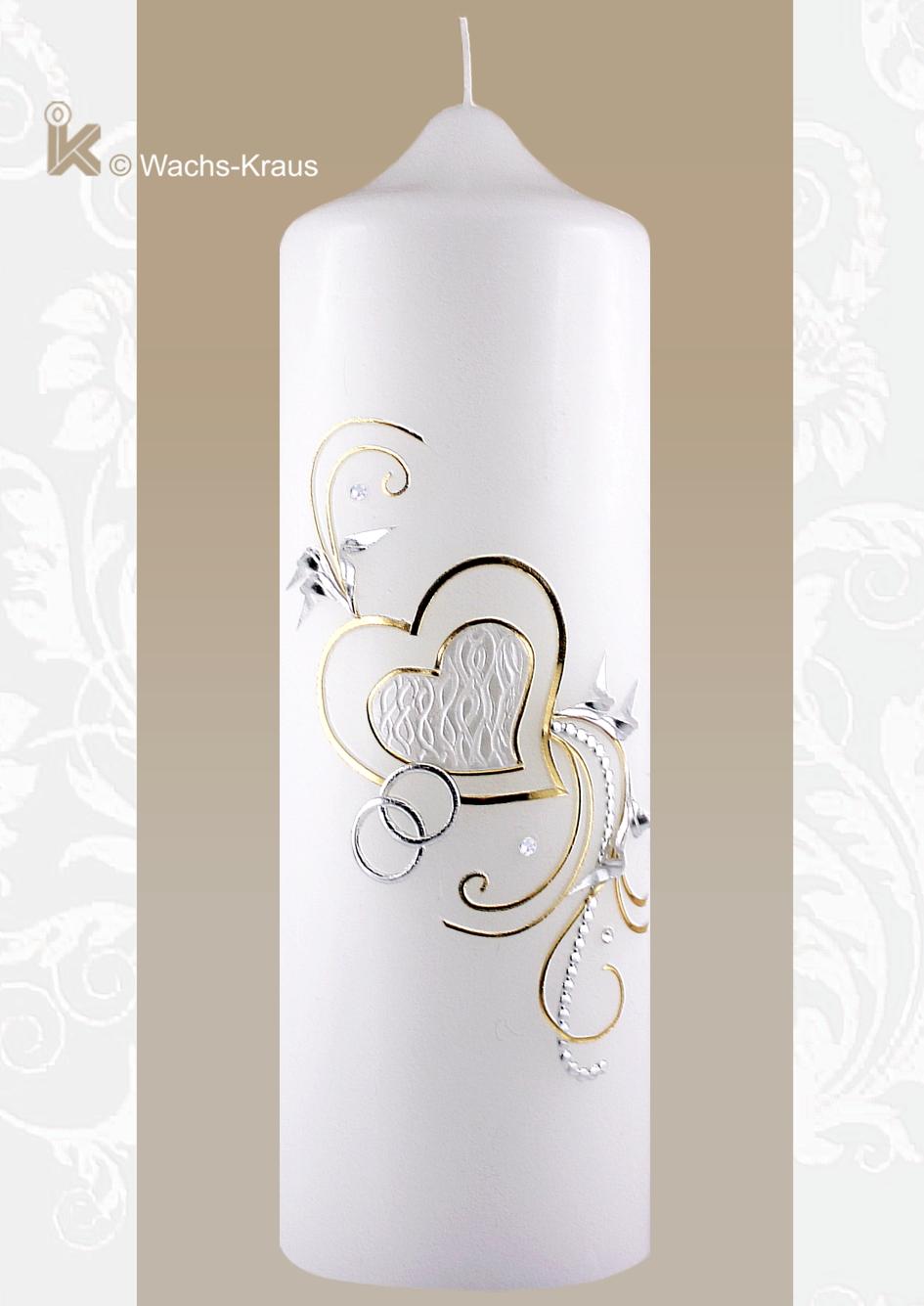 Diese Hochzeitskerze mit ihren zwei verschieden großen, sich überlagernde Herzen drückt wunderbar die Verbundenheit der zukünftigen Eheleute aus.