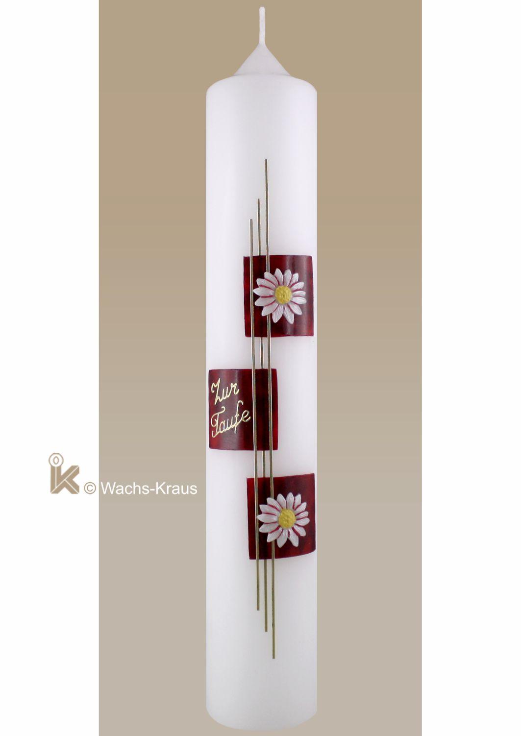 Eine frisch anmutende Taufkerze mit zwei aus Wachs gegossenen Blüten auf geflammt-rotem Untergrund. Dazu eine feine Verzierung in Gold und ein Schriftzug.