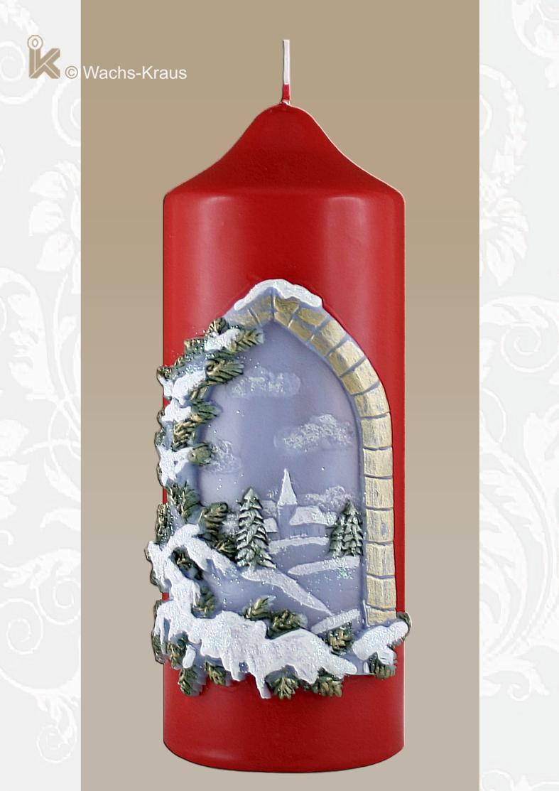 Weihnachtskerze mit einem verschneiten, winterlichen Fenster, das eine verschneite Winterlandschaft zeigt.