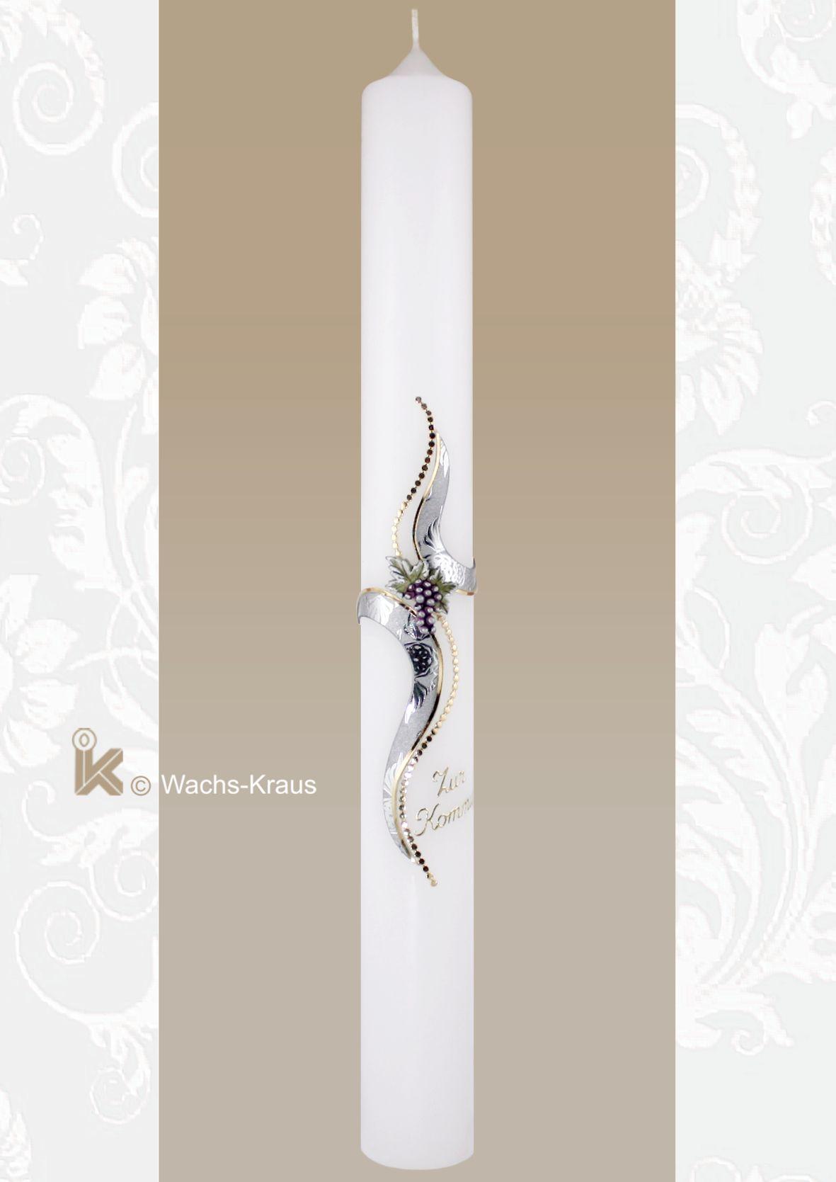 Kommunionkerze mit bemalten Weintrauben im Schnittpunkt des modernen, zweiteilig aus einer glänzenden Silberwachsplatte gefertigten Kreuz