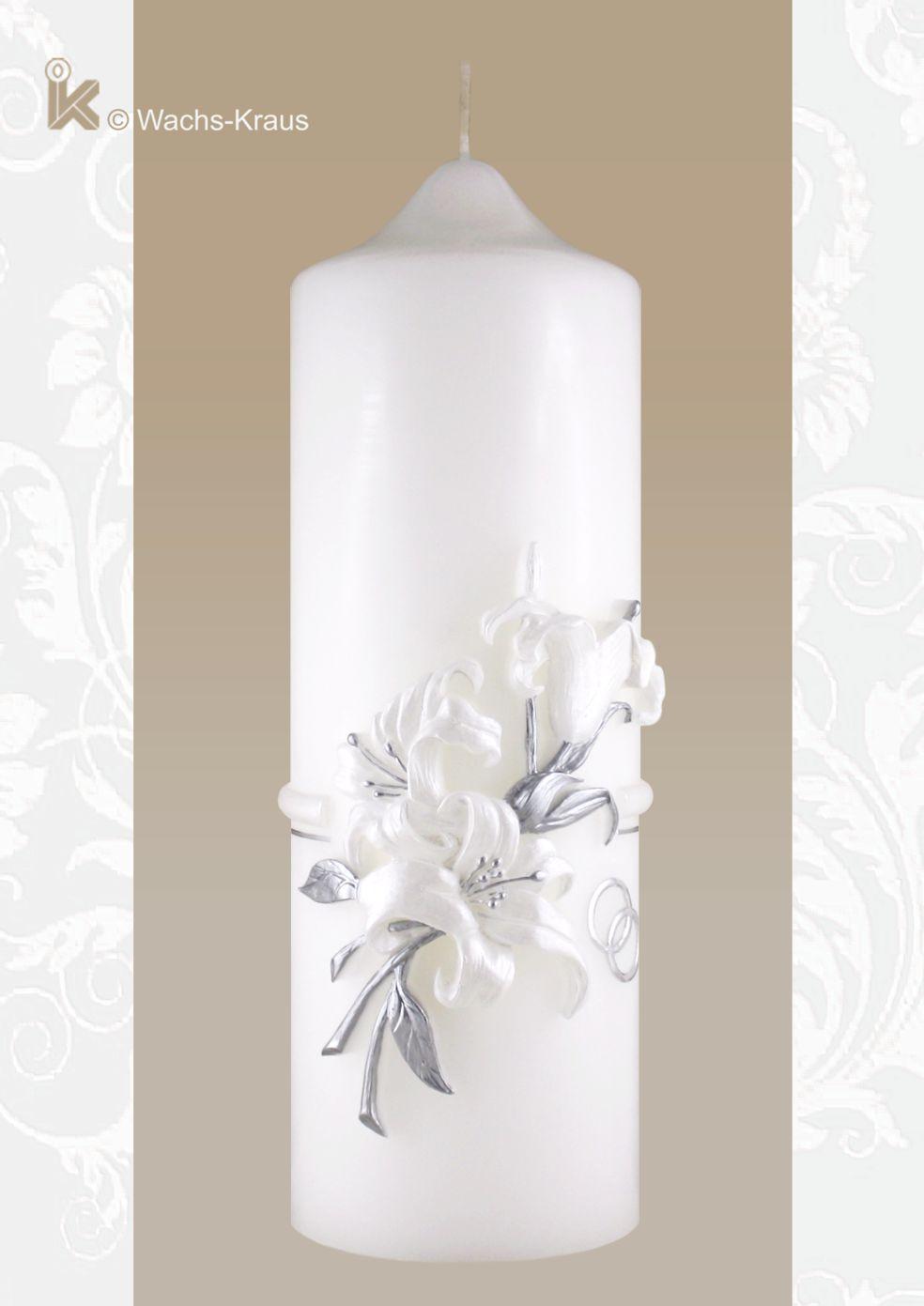 Zierkerze Lilie. Wunderschöne, plastisch modellierte Lilien in weiß und Silber auf einer qualitativ hochwertigen Kerzen.