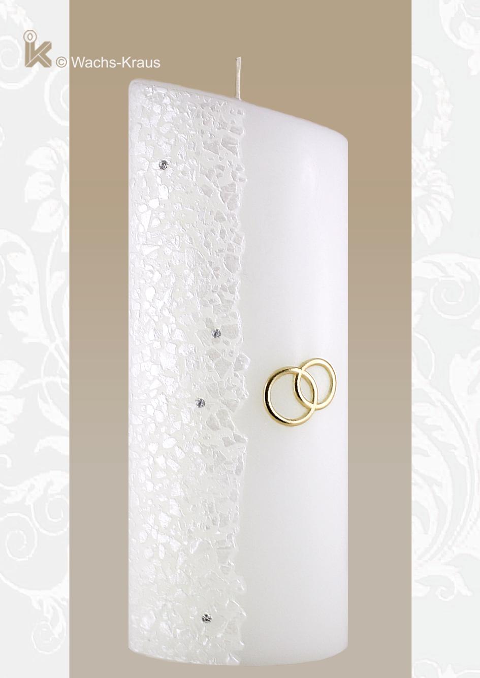 Eine moderne Hochzeitskerze sowohl in ihrer Ellipsen-Form mit dem abgeschrägten Kerzen-Kopf als auch in ihrem dezenten Designe und goldenen Eheringen.