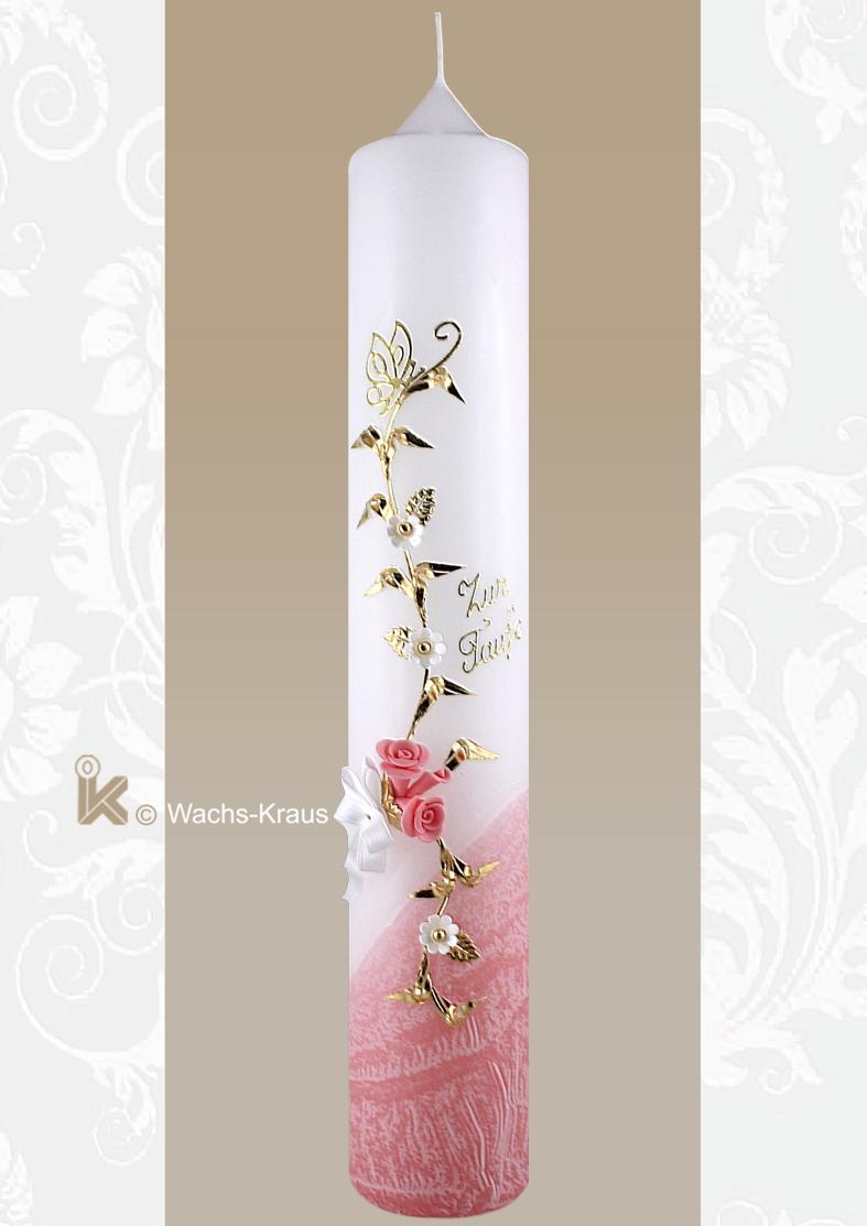 Aufwändig verzierte Taufkerze für Mädchen. Im unteren Teil mit flüssigem, rosa Wachs überzogen, rankt sich eine Blume mit  Blüten. Darüber ein Schmetterling.