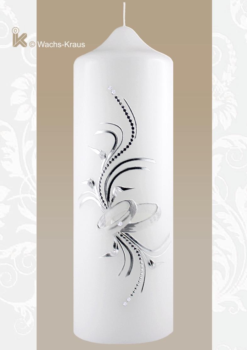 Eine moderne Hochzeitskerze, elegant mit aus Wachs gegossenen Ringen und feiner silberner Verzierung.