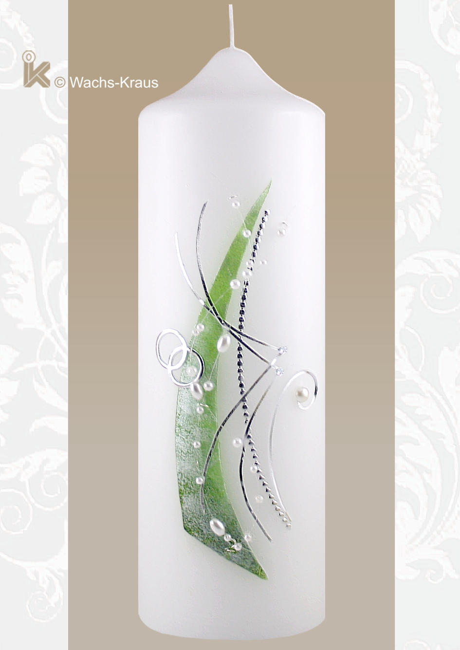 Diese Hochzeitskerze gefällt durch ihr außergewöhnliches Farbspiel, Perlmutt-grün, Silber mit einigen Strasssteinen und weißer Perlenschnur.