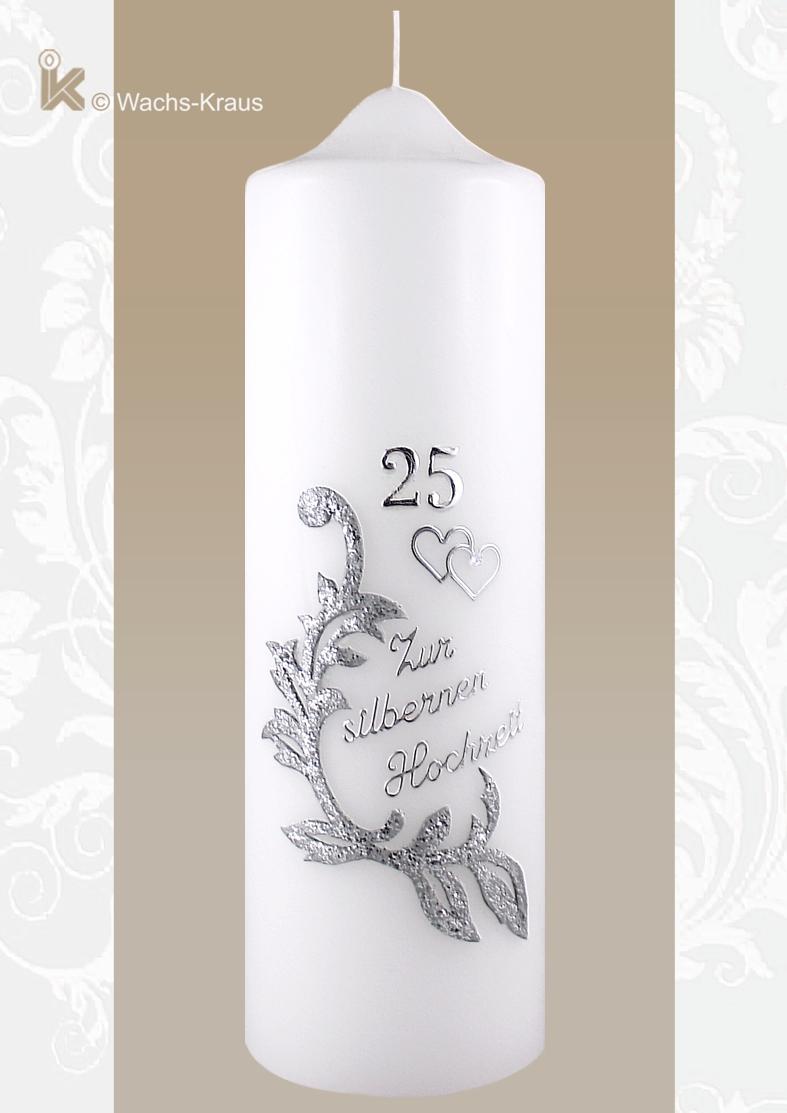 Eine schöne Kerze zum 25-jährigen Ehejubiläum mit silberner Wachsauflage dem Schriftzug: zur silbernen Hochzeit, der Zahl 25 und zwei Herzen.