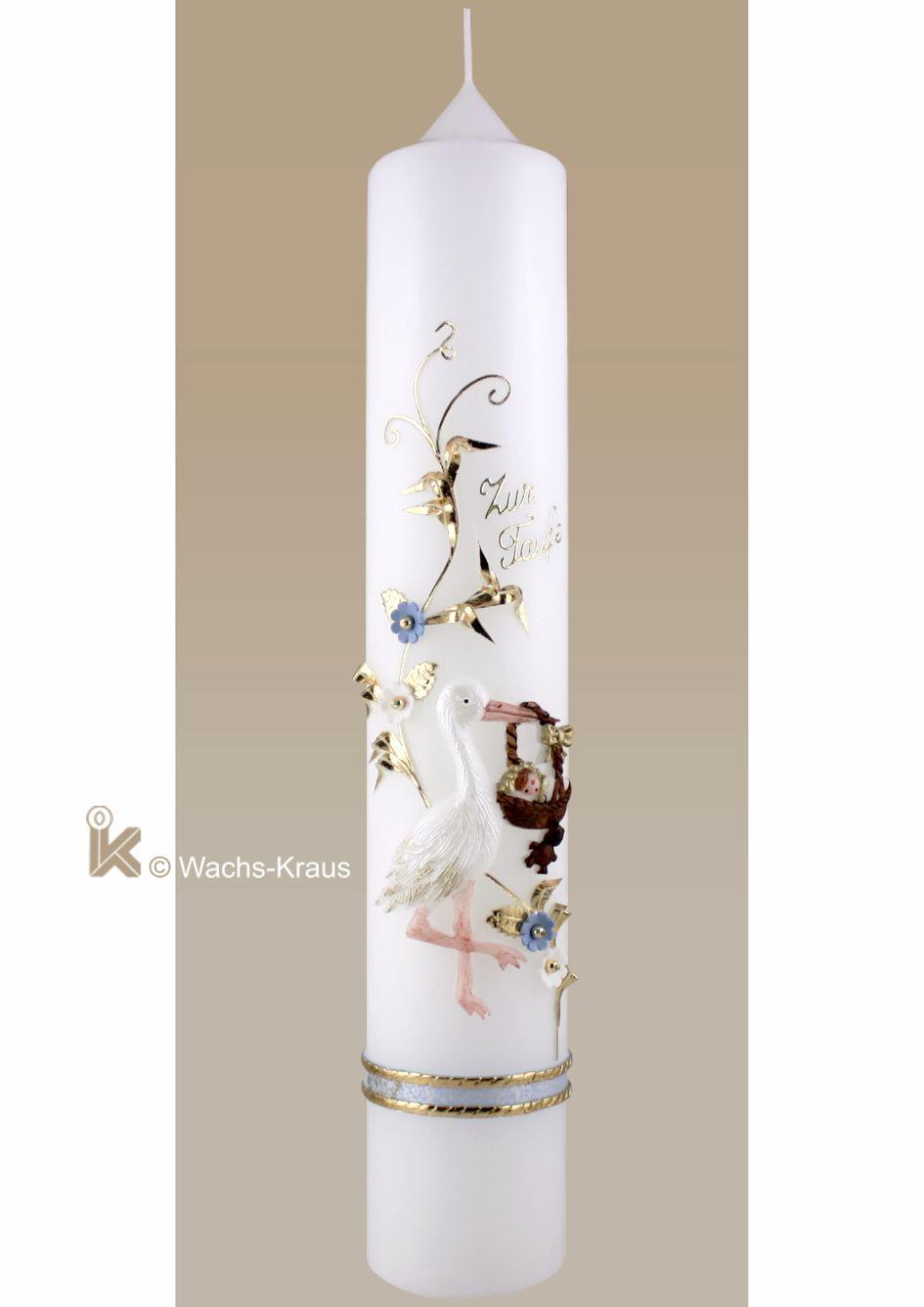 Taufkerze mit einem, aus Wachs gegossenen Storch mit einem Körbchen. In liebevoller Handarbeit bemalt. Dazu eine Blumenranke mit Blüten.
