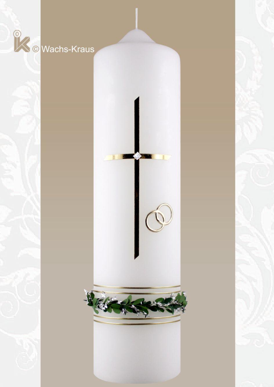 Eine Hochzeitskerze mit Charme. Ein einfaches Kreuz mit einem kleinen Stein, ein textil-Myrtenkranz, zwei Ringe und ein feines Abschlussband.