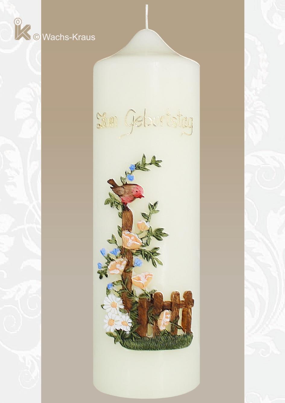 Kerze zum Geburtstag. Das Motiv aus Wachs gegossen, ein kleiner Vogel auf einem Gartenzaun mit feiner Blumenranke. In Handarbeit verziert und bemalt.