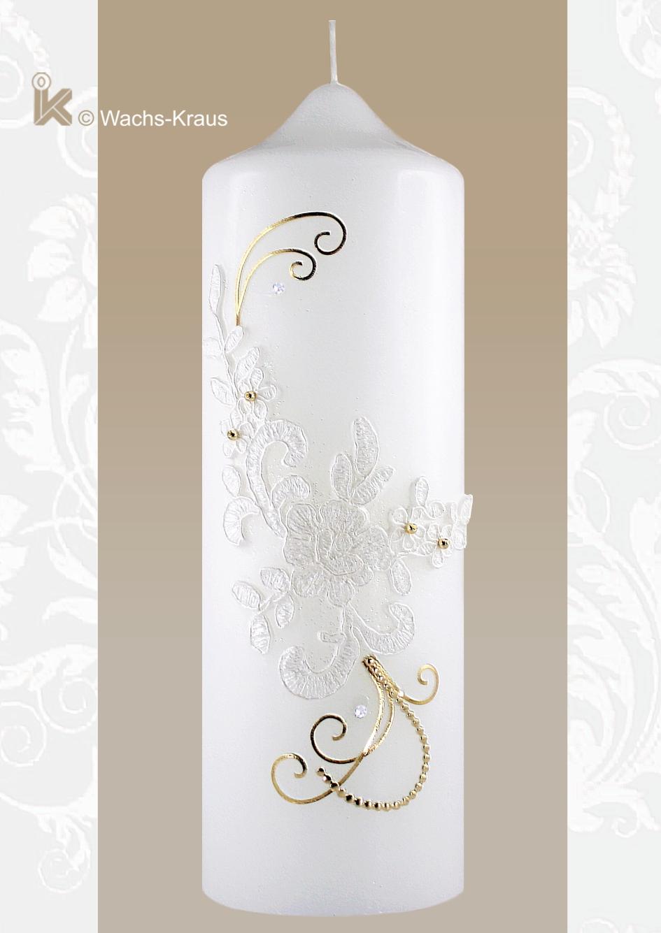 Die dezente Farbkombination von weißem, aus Wachs gegossenem, im Spitzen-Style gehaltenen Ornament und feinen Goldfäden passt zu jedem Brautkleid.