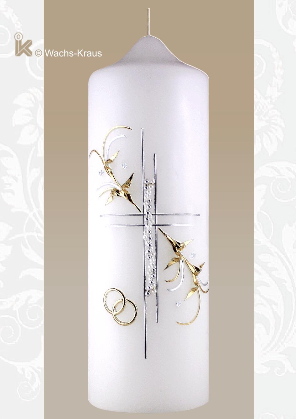 Eine wunderschöne Hochzeitskerze in Silber und Gold mit feiner Verzierung und einem sehr zarten, silberfarbenen Perlen-Kreuz und goldenen Ringen.