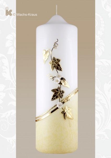Kerze zum Geburtstag. Im unteren Teil mit flüssigem Wachs überzogen, darüber aus glänzend goldener Wachsplatte eine Efeuranke