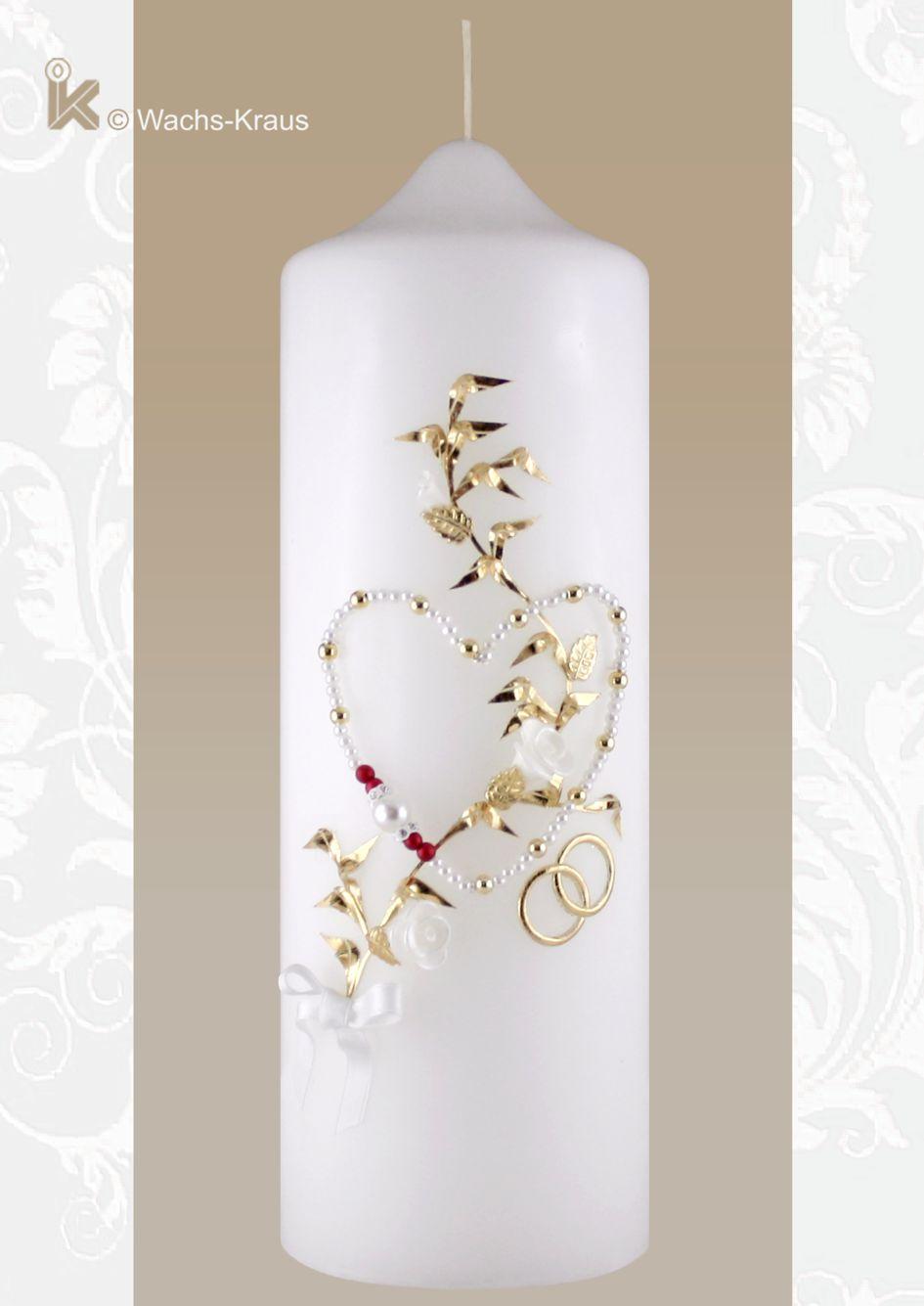 Romantische Hochzeitskerze mit einem aus weißen und roten Perlen gefertigten Herz, einer goldenen Ranke und Ringen.
