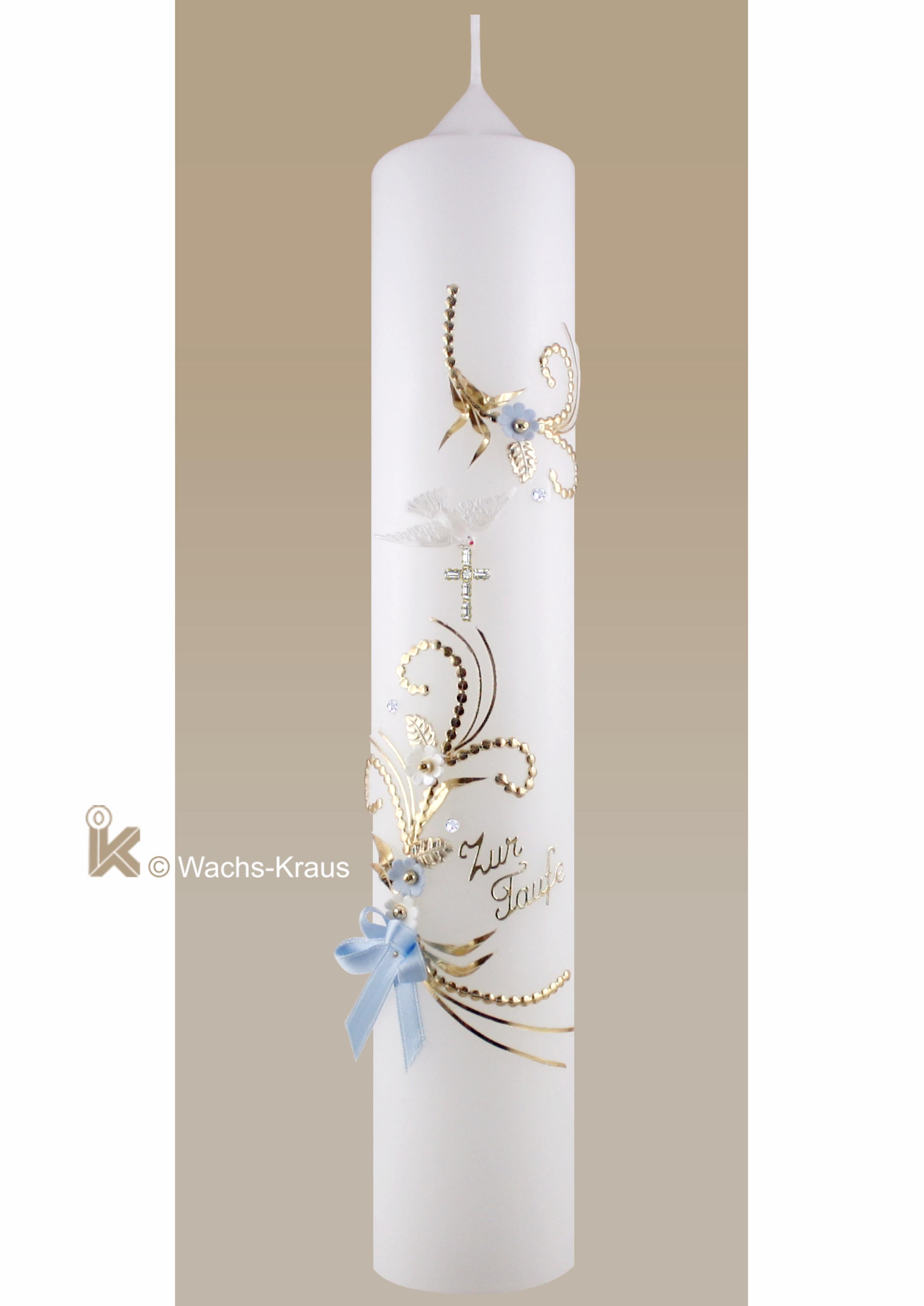 Detailreiche Taufkerze für Jungen in gold- blau und weiß, zarte Blüten, Schriftzug: zur Taufe und einem Strass Kreuz und kleiner Schleife.